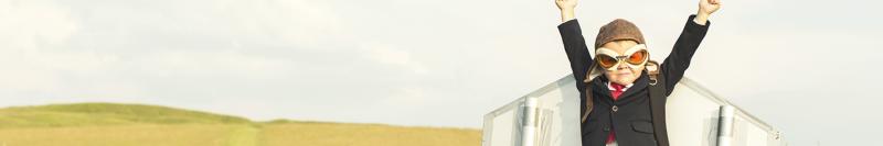 Junge mit Raketen-Flügel ©RichVintage - iStock.com