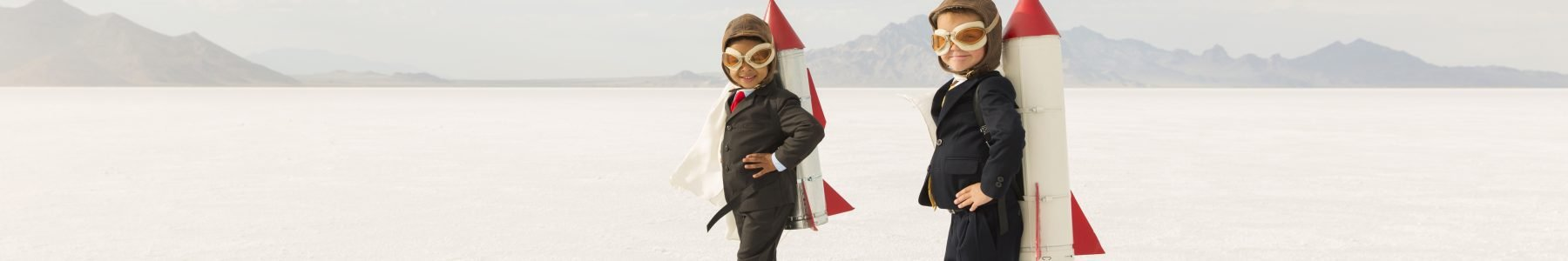 Zwei Kinder mit Raketenantrieb - ©RichVintage - iStock.com