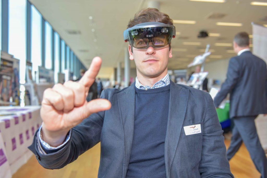 Mann mit Datenbrille auf den Instandhaltungstagen 2018