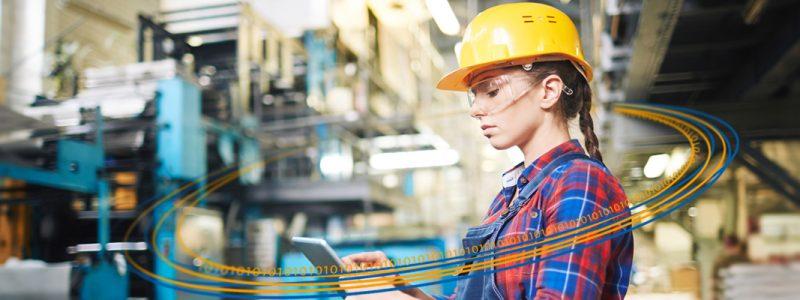 Banner zum Blogbeitrag von Membrain. Frau mit Arbeiterhelm und Tablet.
